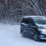 雪道や凍結した道路をノーマルタイヤで走行するのは「法令違反」!