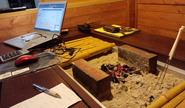 囲炉裏風テーブルで事務作業