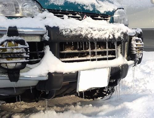車にできた氷柱