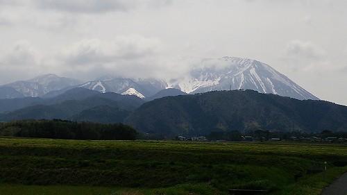 大山の遅い雪